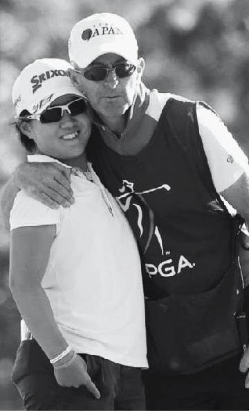 画像: 16年の米LPGAツアーQスクールは、畑岡選手のキャディとして参加したガレス・ジョーンズ氏