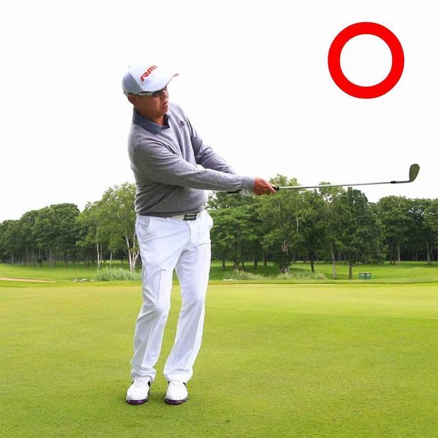 """画像1: """"足幅狭めのオープンスタンス"""" これが球を低く出す構え"""