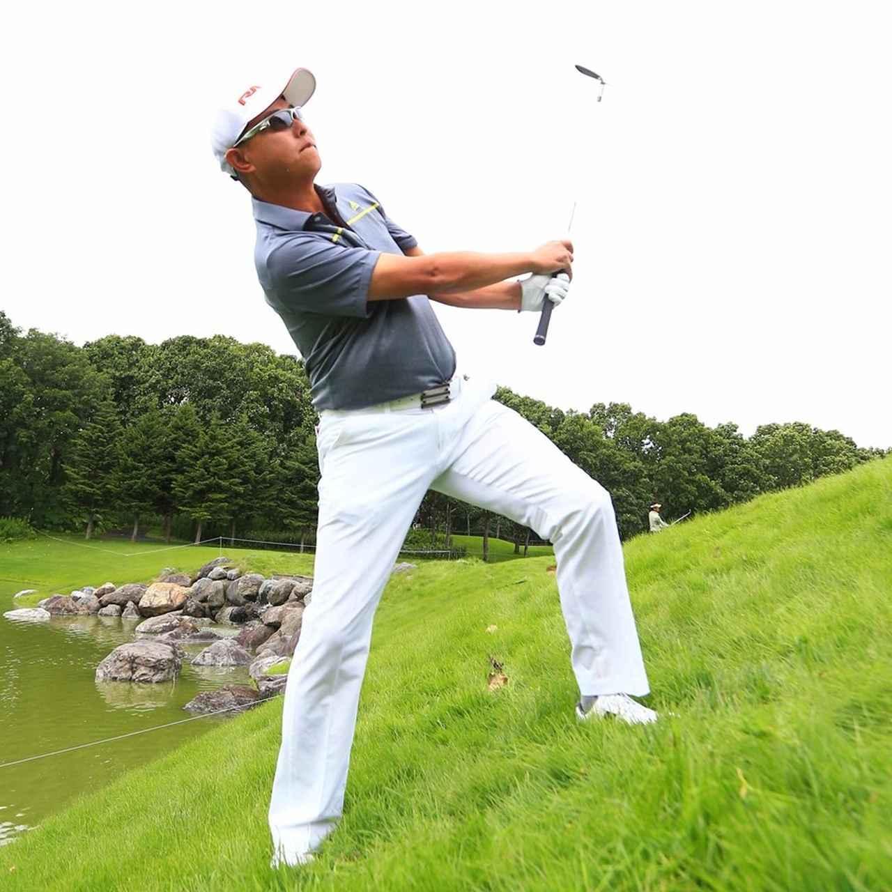 画像3: 芝の抵抗に負けないようにグリップをしっかり握る。傾斜なりでは高さがでないので、開いたフェースをアッパーに。ピンの真上からボールを落とすイメージ