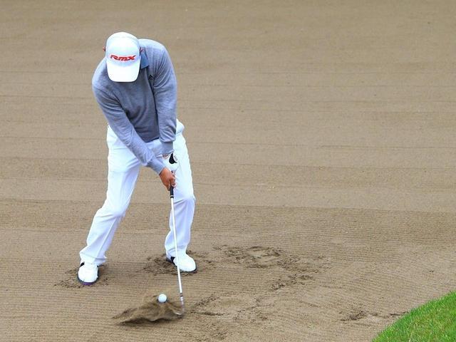 画像: ボールの下にフェースをシャローに入れていく。バウンスを滑らせて打つバンカーショットを思い出して打ちます