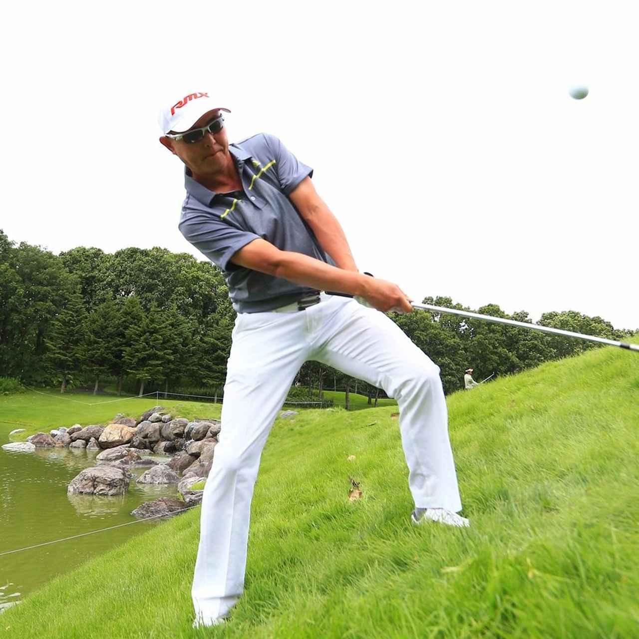 画像2: 芝の抵抗に負けないようにグリップをしっかり握る。傾斜なりでは高さがでないので、開いたフェースをアッパーに。ピンの真上からボールを落とすイメージ