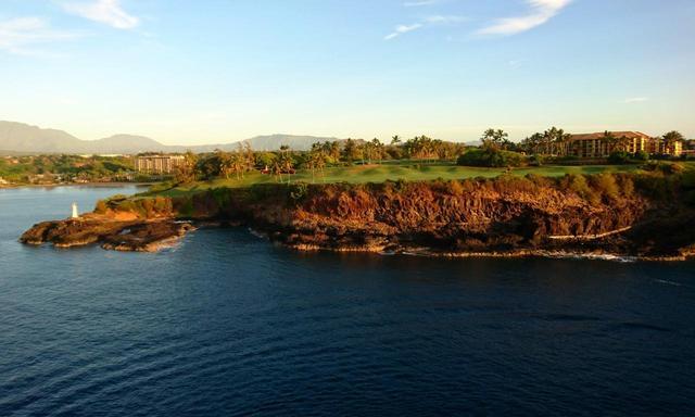 画像: クキイ岬灯台を見ながらプレーする16番