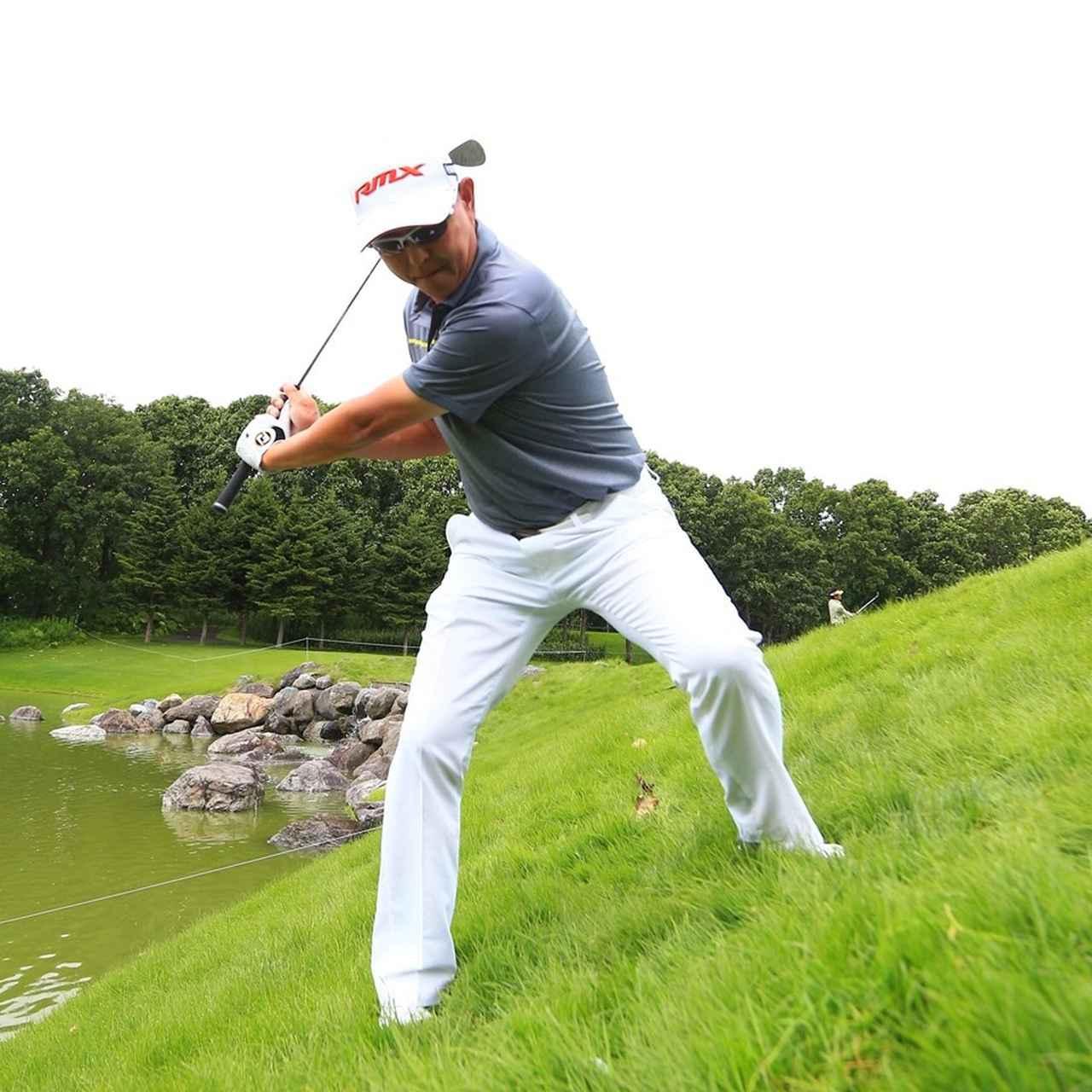 画像1: 芝の抵抗に負けないようにグリップをしっかり握る。傾斜なりでは高さがでないので、開いたフェースをアッパーに。ピンの真上からボールを落とすイメージ