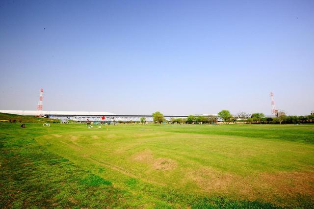 画像: Aコース7番ホール(57ヤード)河川敷らしくコースはフラットで開放感