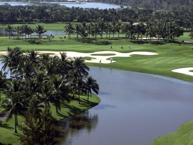 画像: 池が巧みに配置された戦略的なコース