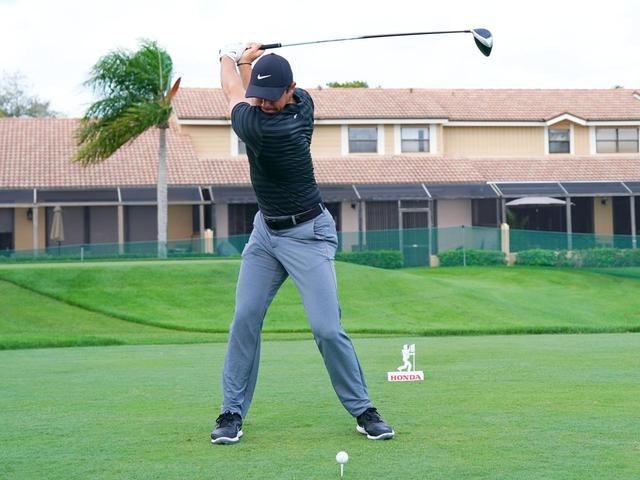 画像: 右のお尻の筋肉で股関節が右にしっかり引き込まれた、ローリー・マキロイのトップ