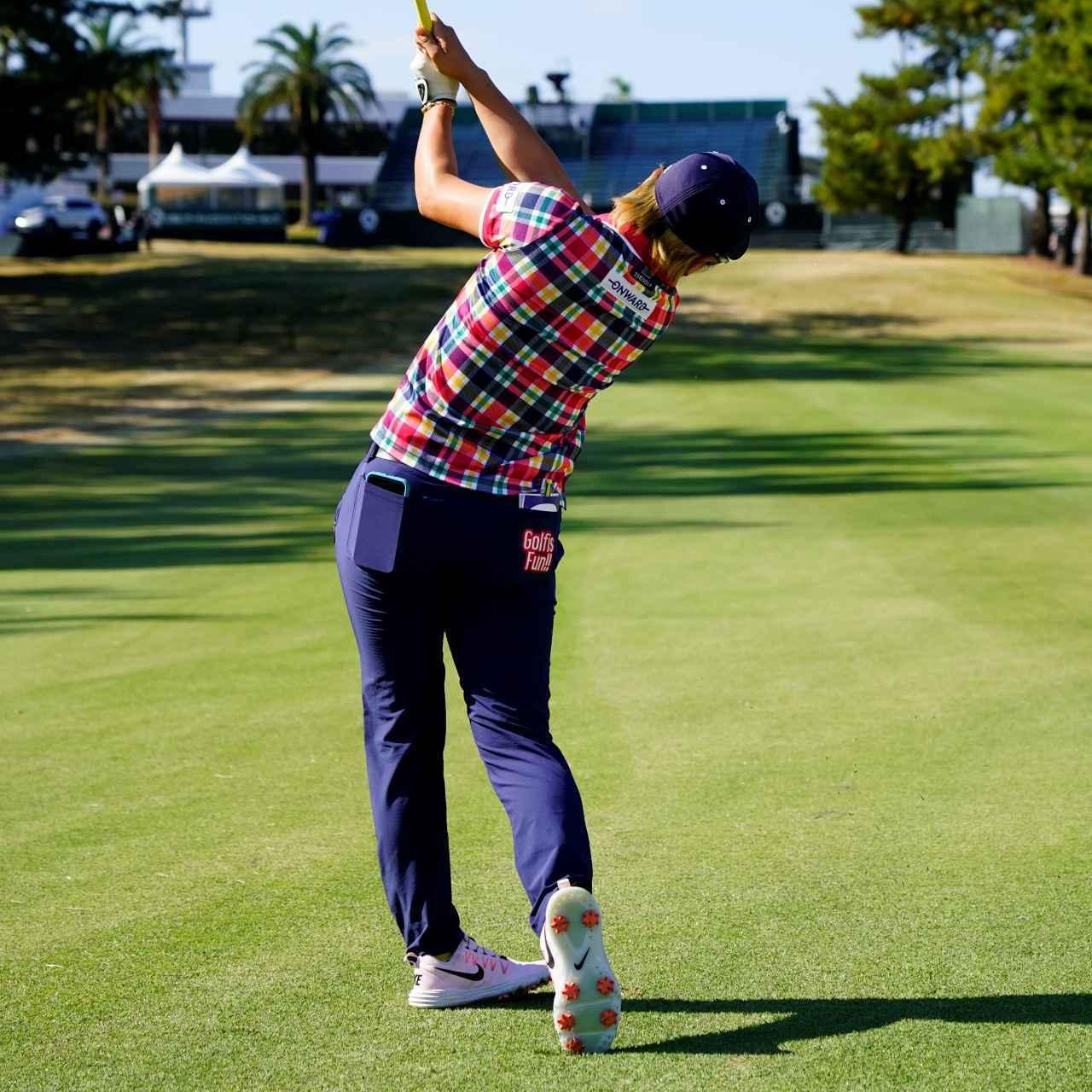 画像13: 【成田美寿々】クラブをタテに振るアイアン名手。安定度バツグンの足づかいは男子プロ並み!