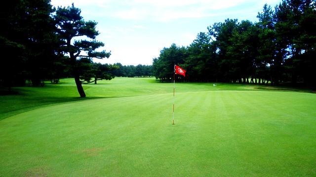 画像: 18番グリーンは中央に段差のある2段グリーン