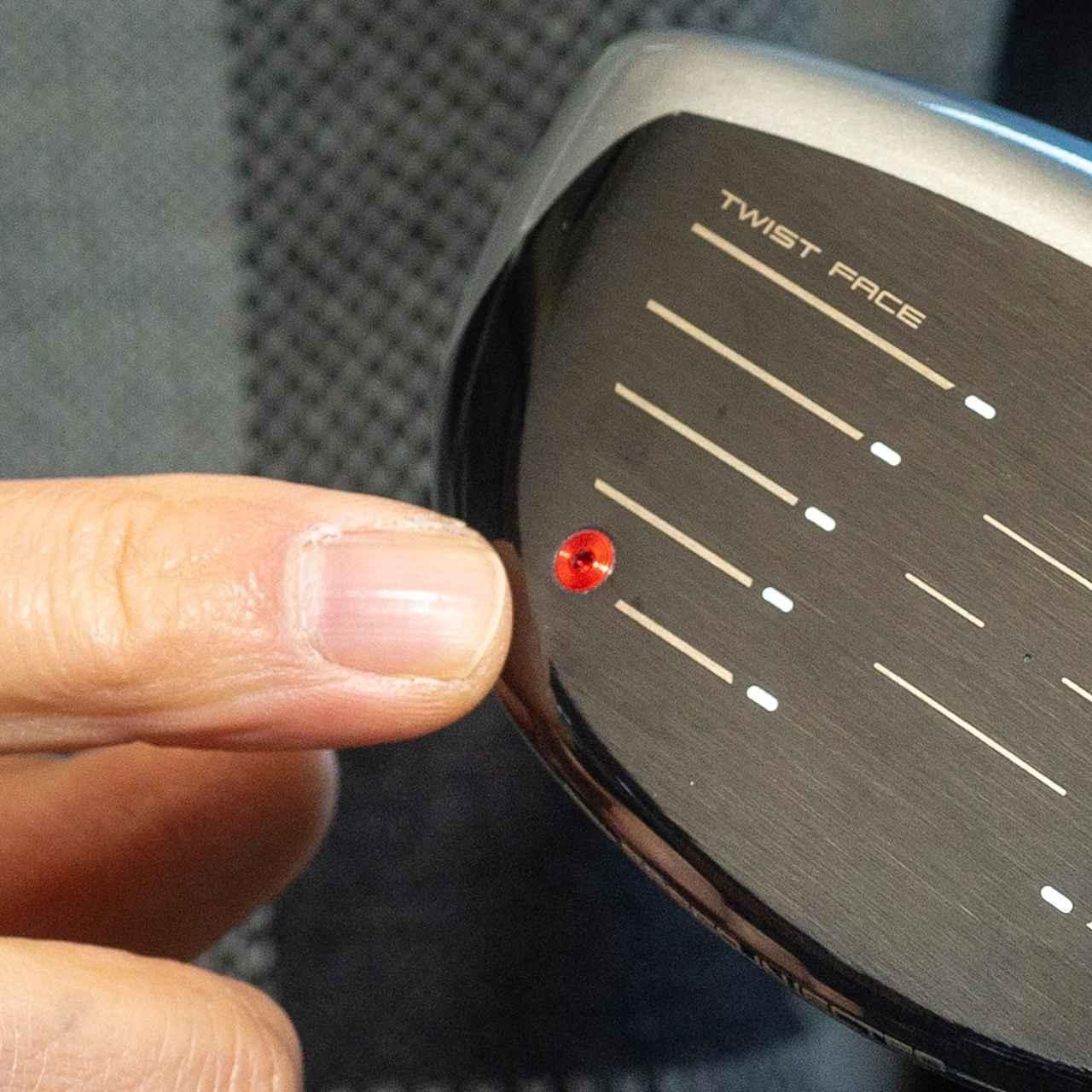 画像: フェース面の赤いポート部分からレジンを注入、反発係数が高いヘッドをルール適合限界値に戻している