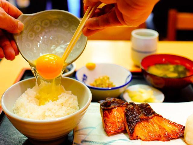 画像: 銀だら定食。生卵をご飯に掛けたらパーフェクト朝食