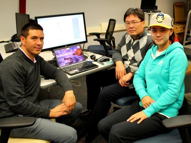 画像: テキサス女子大学(女子と名付けているが共学)のクォン教授(中央)のもとでバイオメカニクスを学んだコモ。教授とともに体に負担の少ないスウィングを研究。写真右はトッププロのチェ・ナヨン