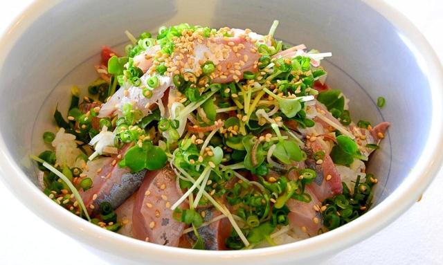 画像: 相模湾と言えば「アジ」。新鮮な味を漁師メシ風に盛り付けた「鯵丼」は絶品
