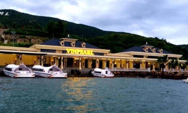 画像: 専用ボートでクラブハウスへ