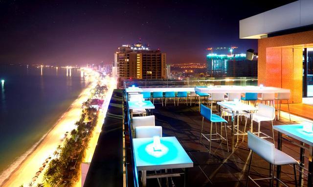 画像: ホテルにはビーチを見下ろすルーフトップバー