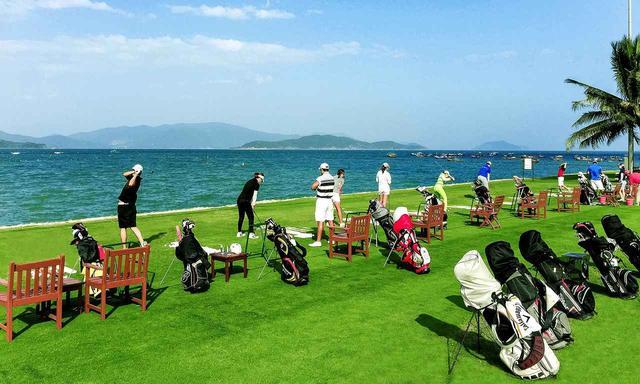 画像: 日本では体験できない海へ打つ練習場「ダイヤモンドベイゴルフコース」