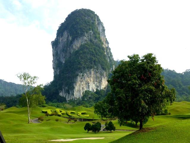 画像: 「ブキット・タクン」という神聖な巨岩がコースのシンボル。コースのどこからでも眺望できる。設計は尾崎将司プロ
