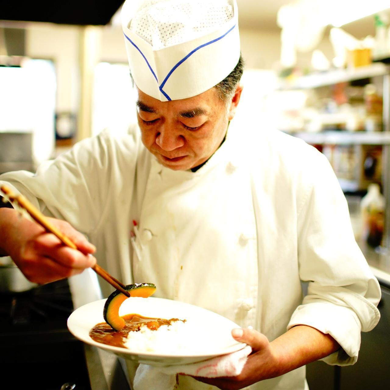 画像: 「いい素材が入らないと作らない」と語る、料理長・細野正さん