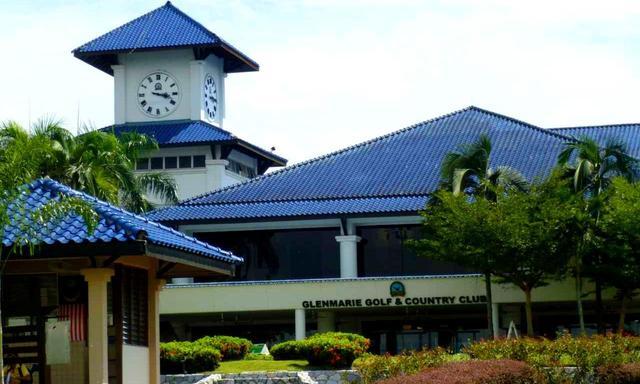 画像: 青い瓦屋根のクラブハウス