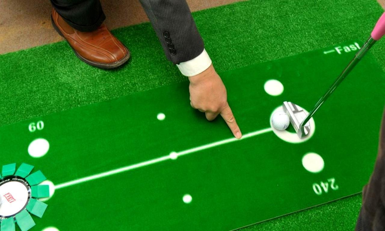 画像: 短い距離ではボールの打ち出し方向の先を見て打つ。目線や頭が動かなくなる