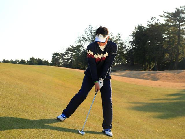 画像: 両肩は水平ぎみ。左足太ももの内側で踏ん張る
