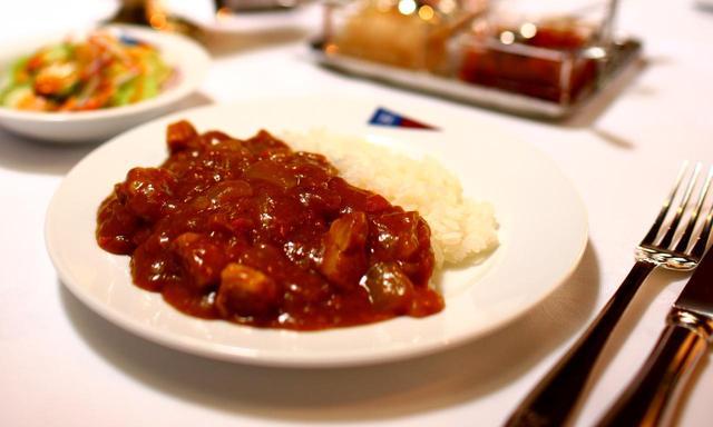 画像: フォークで食べるのが程ヶ谷流。「ルーが柔らかくても、硬すぎてもダメ。いつも真剣勝負」(百瀬料理長)