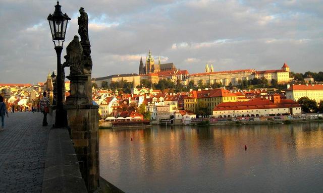 画像: カレル橋からプラハ城を望む