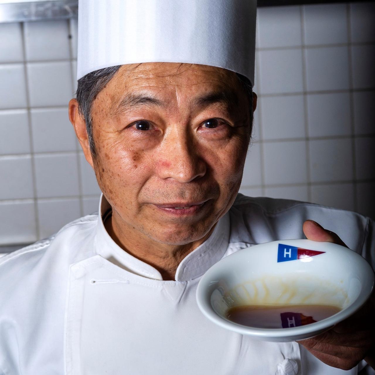 """画像: 隠し味はみりんと醤油1:1の割り下を。""""和""""のテイストを入れ、日本人好みの味に仕上げ、最後に焼いた鶏肉と玉ねぎを加える"""