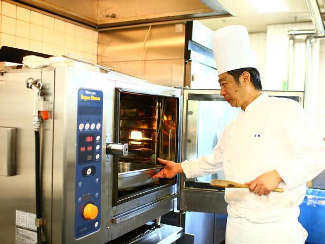 画像: S&BとC&Bのカレー粉を1:1の割合でブレンド。生姜、ニンニクと一緒に炒めた後、オーブンで焼き、香りを出す