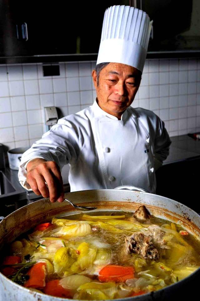 画像: 味の決め手は「丸2日じっくり煮込んだカレー専用鶏がらスープ」(料理長の百瀬一男さん)