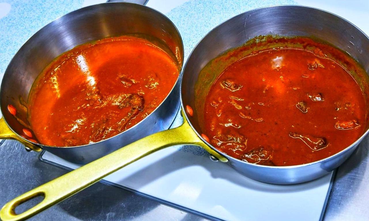 画像: 100年前のレシピで作ったカレー(左)と現在のカレー(右)。調味料などの違いから、味だけではなく仕上がりの色も異なる