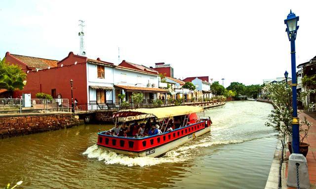 画像: 水路を進む遊覧船