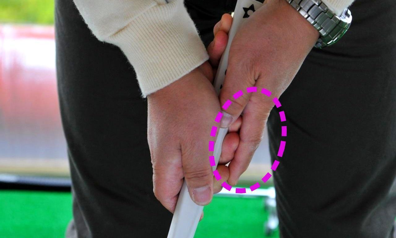 """画像: 人差し指で後方に押すことで手首を""""支点""""にして上げられる。始動のきっかけにもなる"""