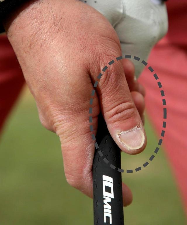 画像: 親指を浮かせるだけで、右サイドの力みを抜くことができる