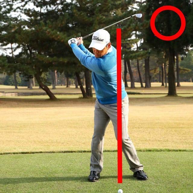 画像: テークバックではアドレス時の軸より体が右に動いてかまいません