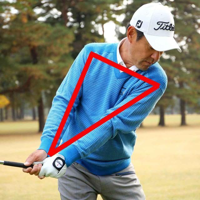 画像: 左肩をアゴの下にいれるように肩を回します。