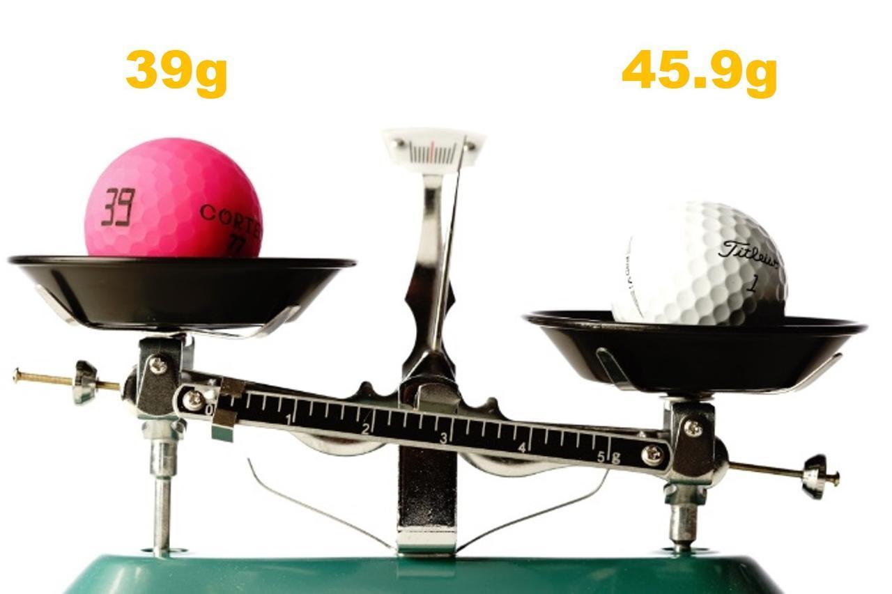 画像: 左がムジークの軽いボール「コルテオライト」、右が規制値ギリギリの従来モデル