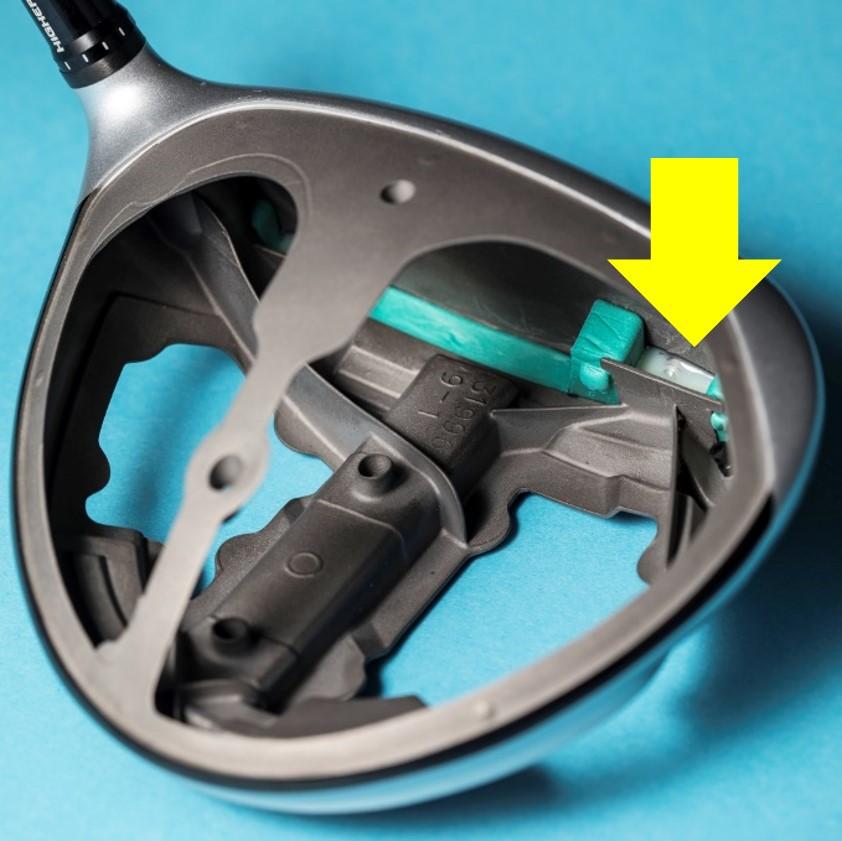 画像: 矢印部分にフェースの表面から樹脂を注入。反発係数をコントロールしている(写真はM5)