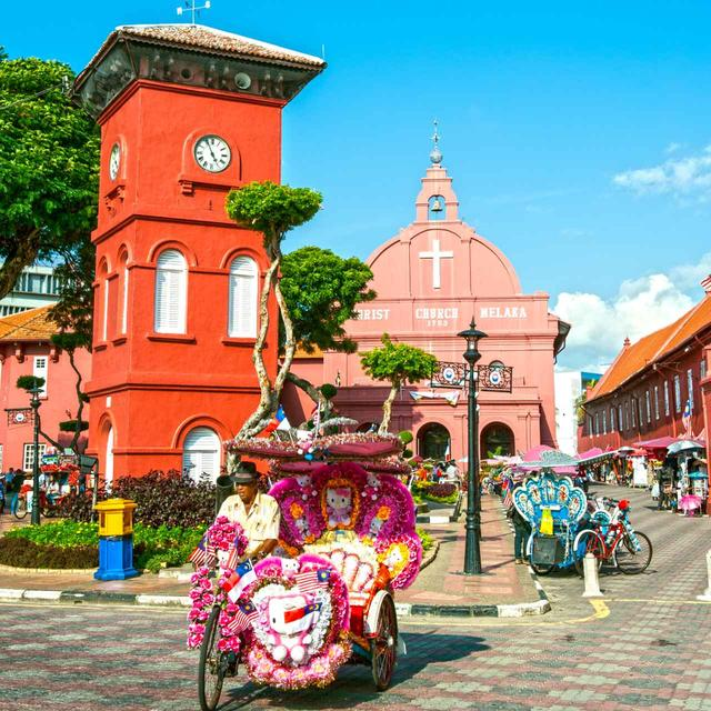 画像: 中央にあるのがオランダ統治時代に建てられた教会。初めは白かったが、イギリス統治時代にピンクに塗られたとか。