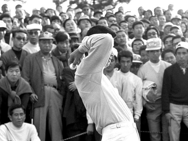 画像: 【ルール・ドロップ】2019年から「ひざの高さ」。 かつては「肩越し後ろ」も。ドロップ方法変遷史 - ゴルフへ行こうWEB by ゴルフダイジェスト