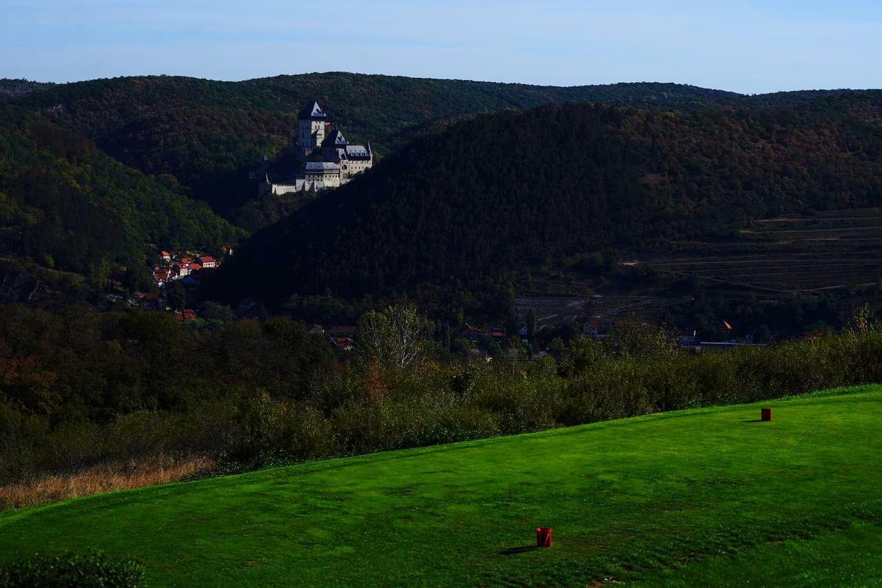 画像: 「ゴルフリゾート カルルシュテイン」からはプラハ郊外にある有名なカルルシュテイン城が臨める