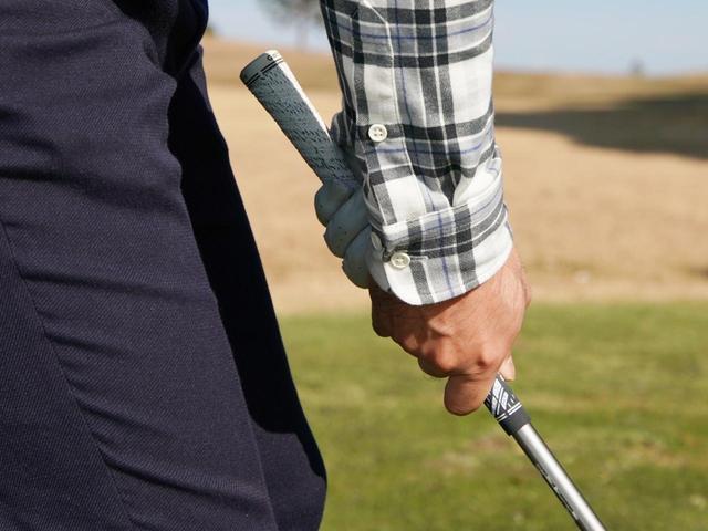 画像: 指4本分短い握り。打ちにくさを覚えはじめ、シャフトが硬く感じ、右に出る球が増えた