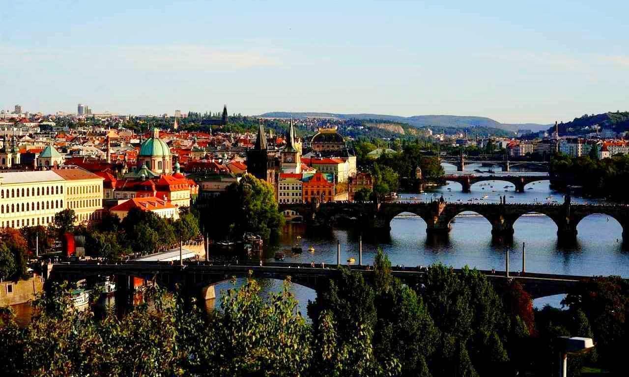 画像: 首都プラハの街並み。手前から2番目が有名なカレル橋