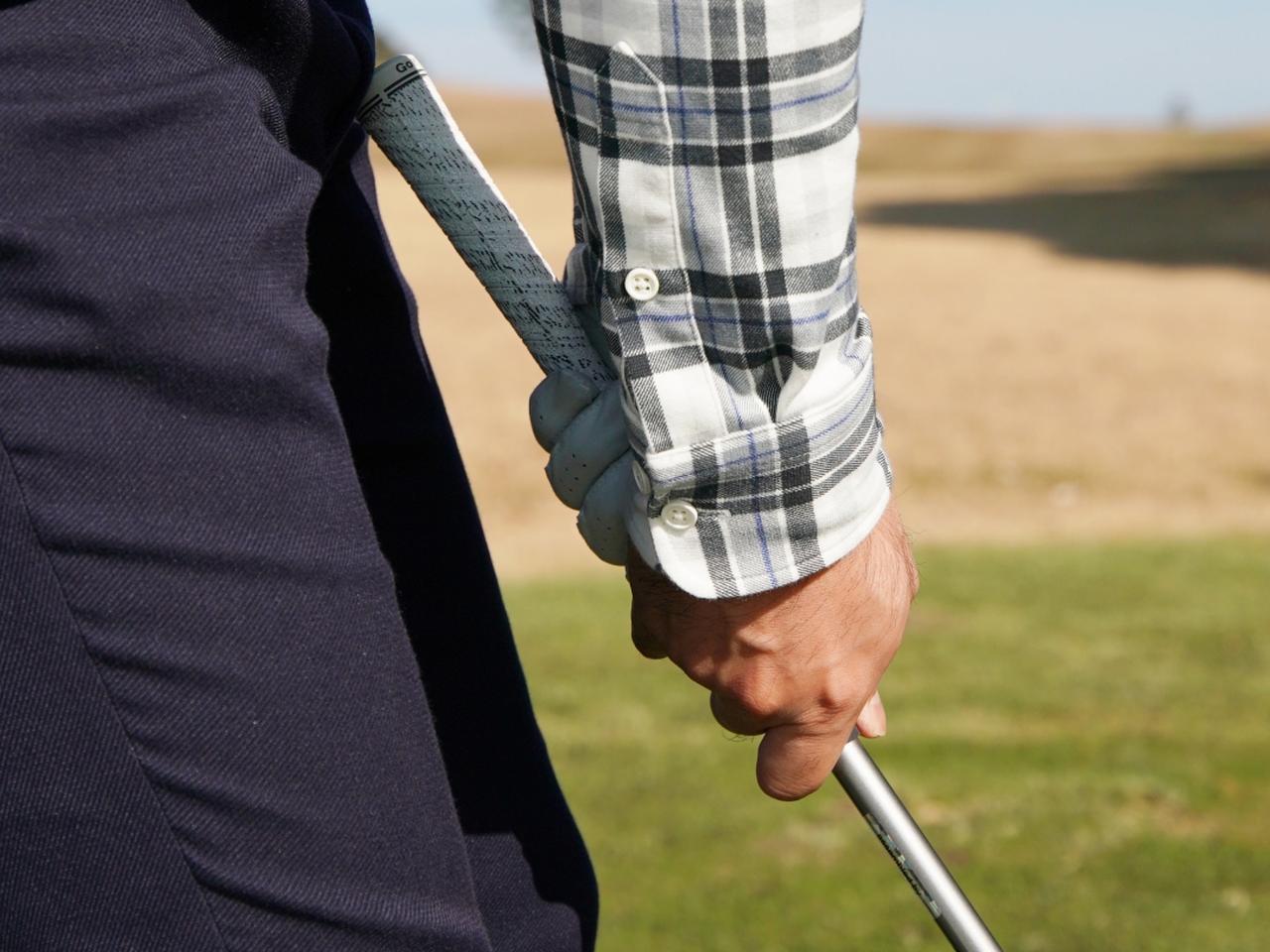 画像: シャフトギリギリの握り。短くなりすぎてボールに届かないのではという不安を感じながらのスウィングに