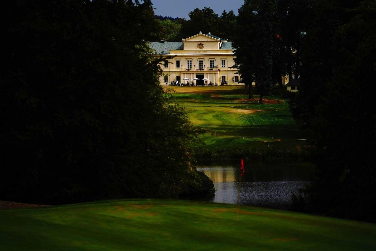 画像: 「ゴルフクラブ キンジュヴァルト」はキンジュヴァルト城の庭園の一部を使用