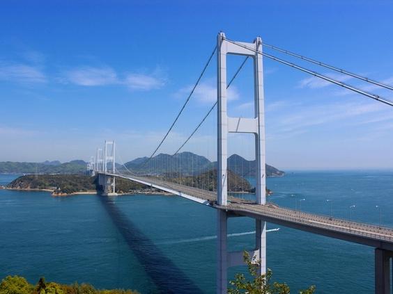 画像: 関門海峡、鳴門海峡と並ぶ「日本三大急潮」。海峡にかかる大橋は美しい弧を描き優美