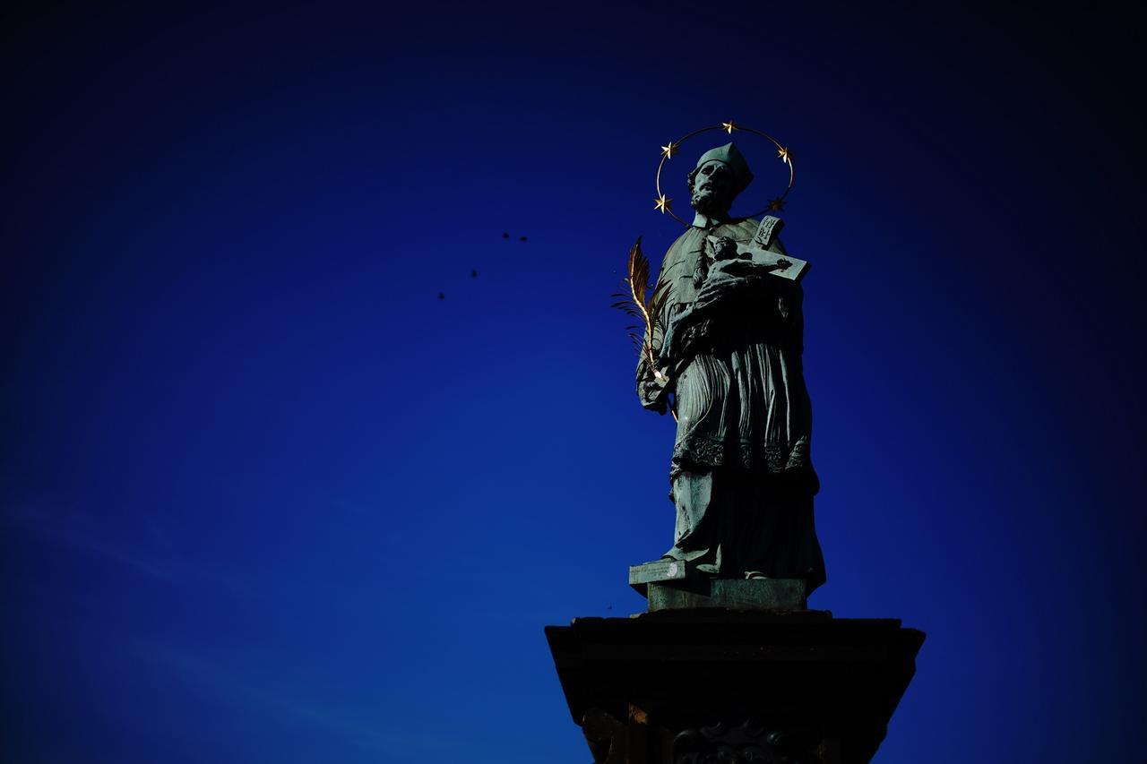 画像: カレル橋の欄干には、30体の聖人像が建つ