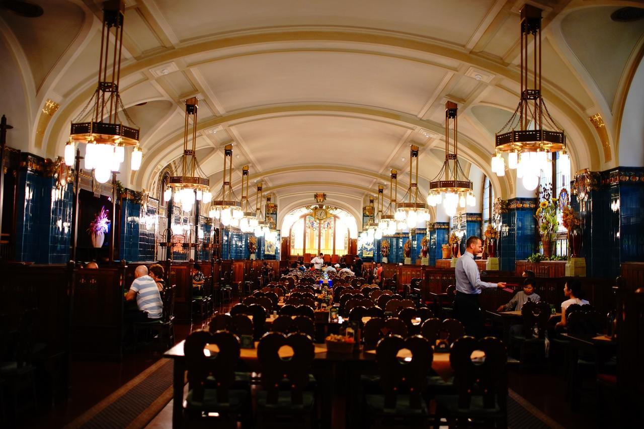 画像: 市民会館の地下にあるチェコ料理レストラン「プルゼニュスカー」。内装もアールヌーヴォー様式
