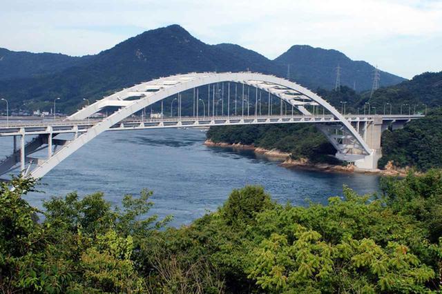 画像: 大島と伯方島にかかるアーチ型の橋は、本道の中で最初にかけられたもの
