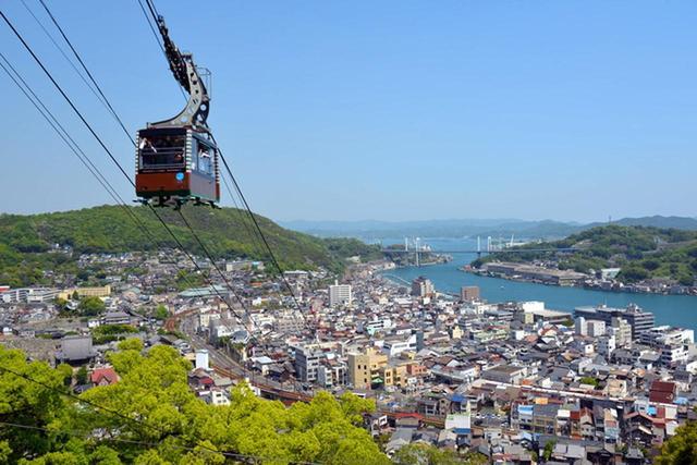 画像: 尾道と向島を隔てる海峡。千光寺公園からは尾道の町並みと遠くに広がる瀬戸内が臨める