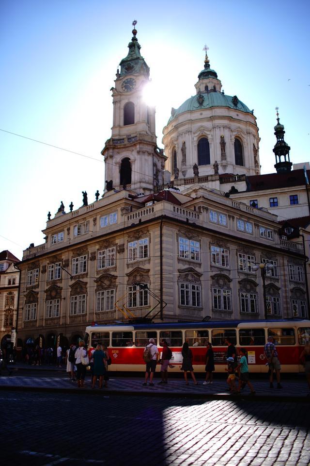 画像: 聖ミクラーシュ教会はもともとゴシック様式で建てられたが18世紀初頭からバロック様式の教会になった